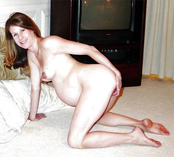 Plan Q avec une femme enceinte en levrette